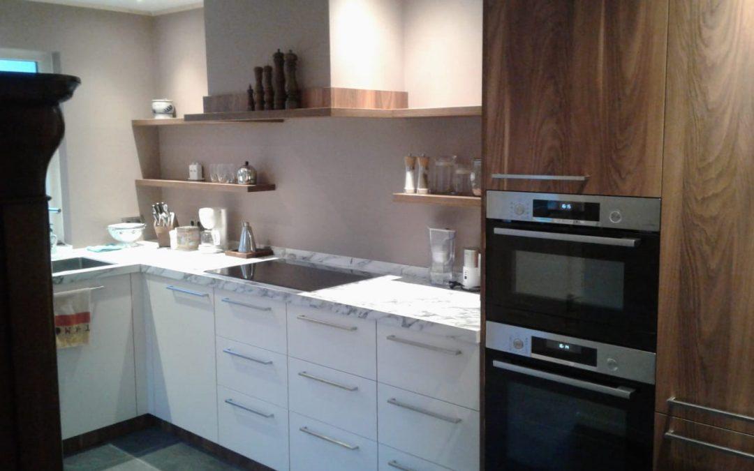 Witte keuken met houtaccenten